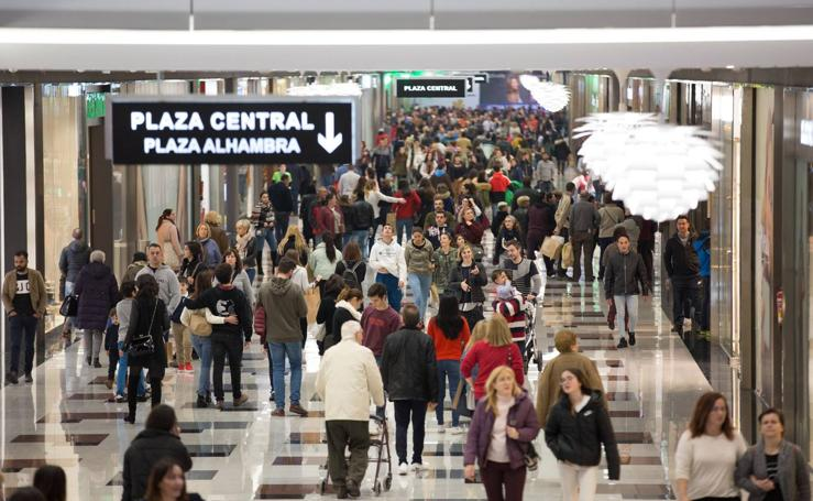 Los centros comerciales de Granada, refugio de la lluvia