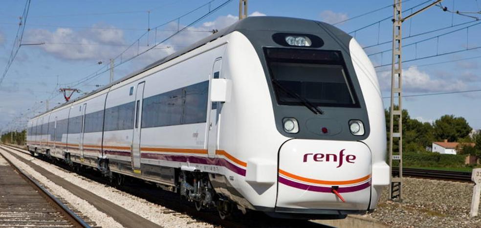 Un tren de Algeciras a Granada, atrapado entre piedras por el temporal