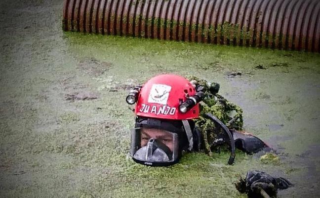 El duro trabajo de los GEAS de la Guardia Civil en la depuradora