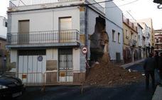 Trabajan en el derrumbe de una casa en el barrio de San Roque