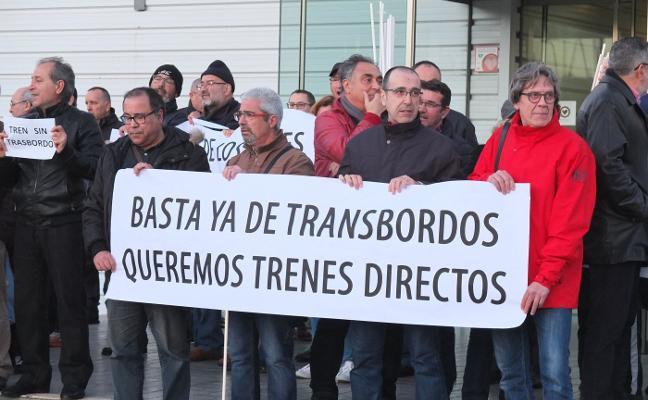 Cientos de personas exigen que la estación no se mueva a Huércal durante las obras en El Puche