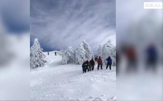 Abierta la carretera que llega al Albergue Universitario de Sierra Nevada tras retirada de nieve