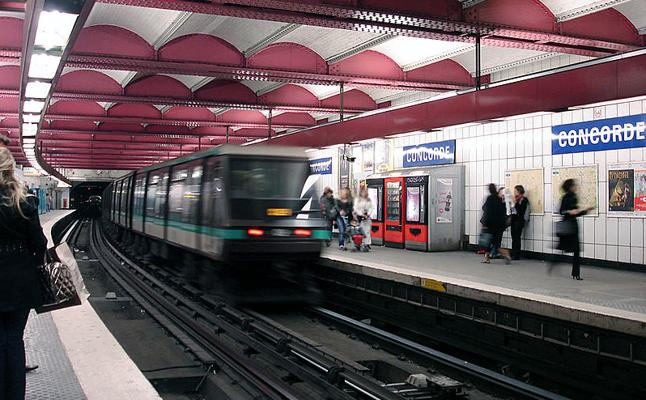 Multan a una embarazada por caminar en dirección contraria en los pasillos del metro