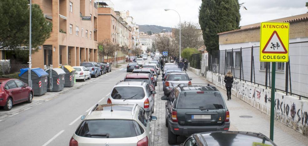 La Policía pone el foco en seis 'puntos negros' de la doble fila en Granada