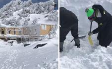 Un intenso temporal entierra tres vehículos en el albergue universitario de Sierra Nevada: «Aquí está el capó...»