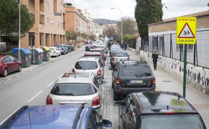 Los puntos más conflictivos de la doble fila escolar en Granada