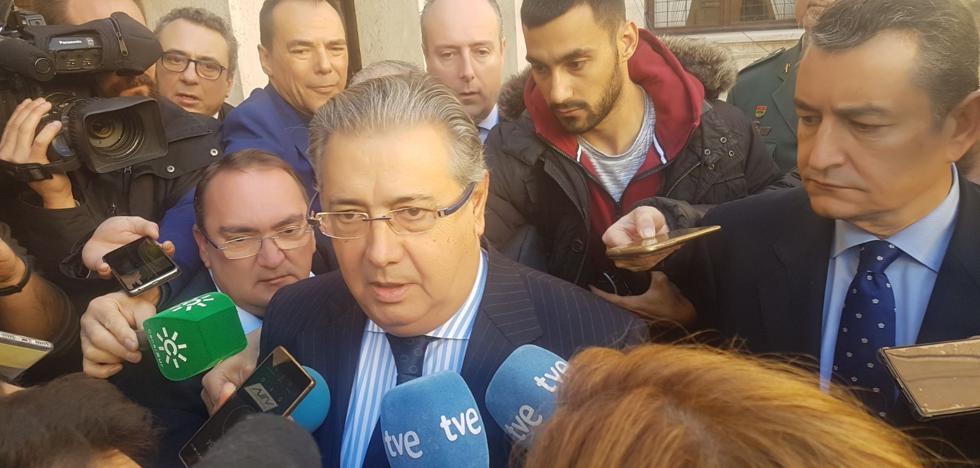 """El ministro del Interior visita a los padres de Gabriel para trasladarles su """"apoyo y esperanza"""""""