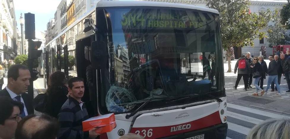 Grave una mujer de 55 años tras ser atropellada por un autobús en Reyes Católicos en Granada