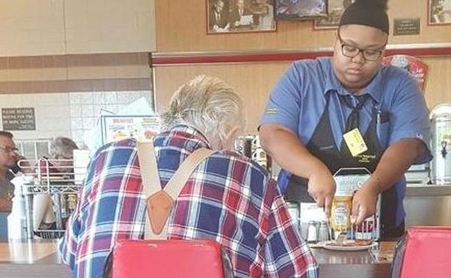 Condecoran a una joven camarera por ayudar a un anciano que no podía comer