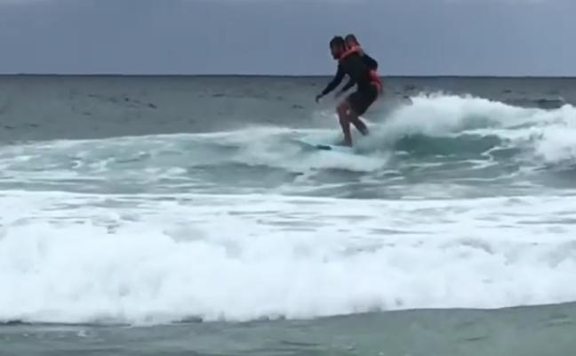 El vídeo de Chris Hemsworth haciendo surf con su hija enamora a Instagram