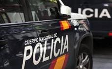 Técnicos de la policía y del gas analizan el piso donde murió un estudiante esta semana