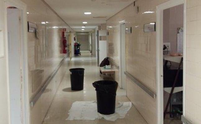 """Satse denuncia que """"llueve dentro"""" del quirófano del hospital de Linares"""