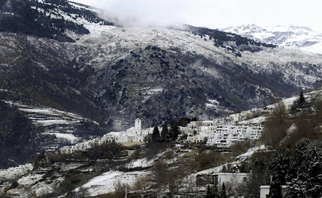 Alerta por nevadas, viento y fenómenos costeros este domingo en Granada