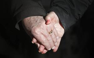 Lo confirma la ciencia: sujetar la mano a un paciente alivia su sufrimiento