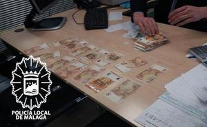 Devuelve un sobre con 10.000 euros al anciano que los perdió al sacarlos del banco en Málaga