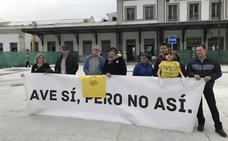 """Vecinos 'entregan' a un guiñol de Ana Pastor el 'Caballo de Atila' por los """"destrozos"""" ferroviarios en Granada"""