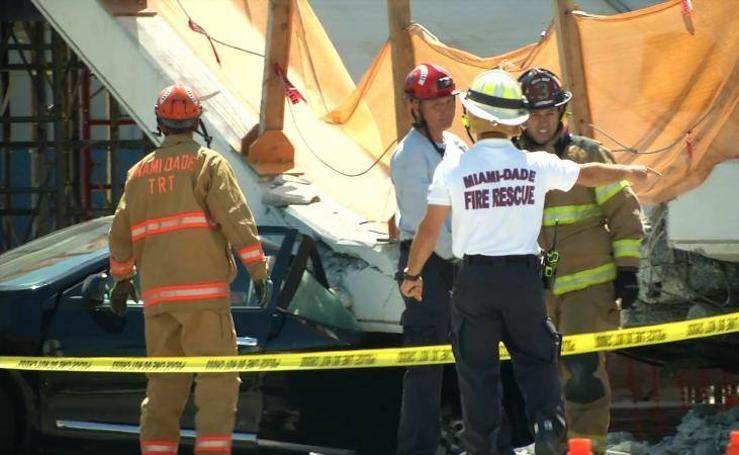 Fallecen varias personas en Miami al hundirse un puente para peatones sobre una carretera
