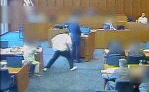 Un mafioso intenta asesinar al testigo en pleno juicio con un boli y la Policía lo mata