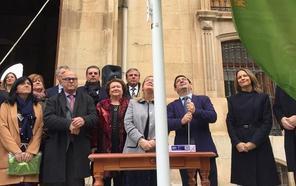 El izado de la bandera da comienzo a la V Feria de los Pueblos