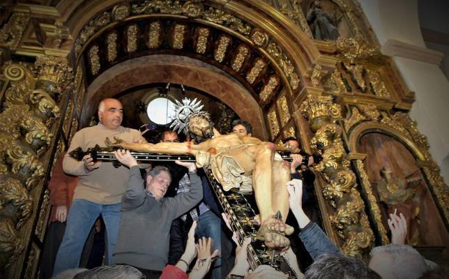 Órgiva celebra este mediodía la bajada del Santísimo Cristo de la Expiración desde su camarín hasta los pies del altar mayor