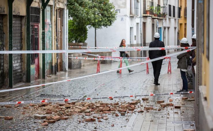 Calle Elvira, cortada al tráfico por el riesgo de derrumbe de un edificio
