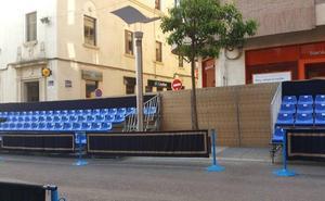 Los comercios de la céntrica calle Isaac Peral discrepan con la estructura de la tribuna