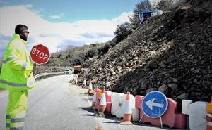 La Junta actúa en una carretera de la Alpujarra para despejar el deslizamiento que sufrió el pasado martes