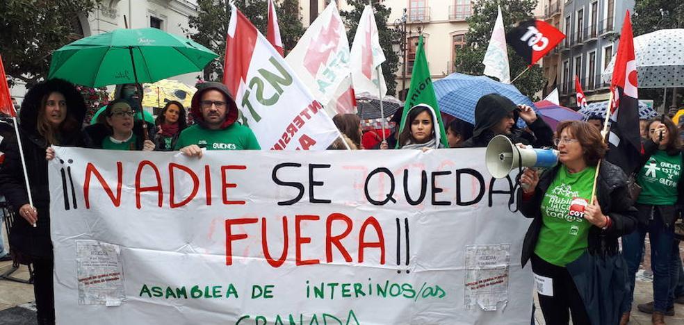 Interinos en huelga se manifiestan en el centro de Granada para pedir estabilidad laboral