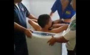 Un niño atrapado en la lavadora por cumplir un reto viral de moda