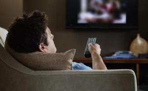 Descubre el gran secreto de su esposa al encender la televisión
