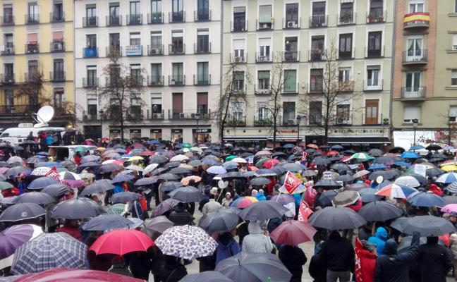 Los pensionistas desafían la lluvia de Madrid y reclaman una prestación «digna»