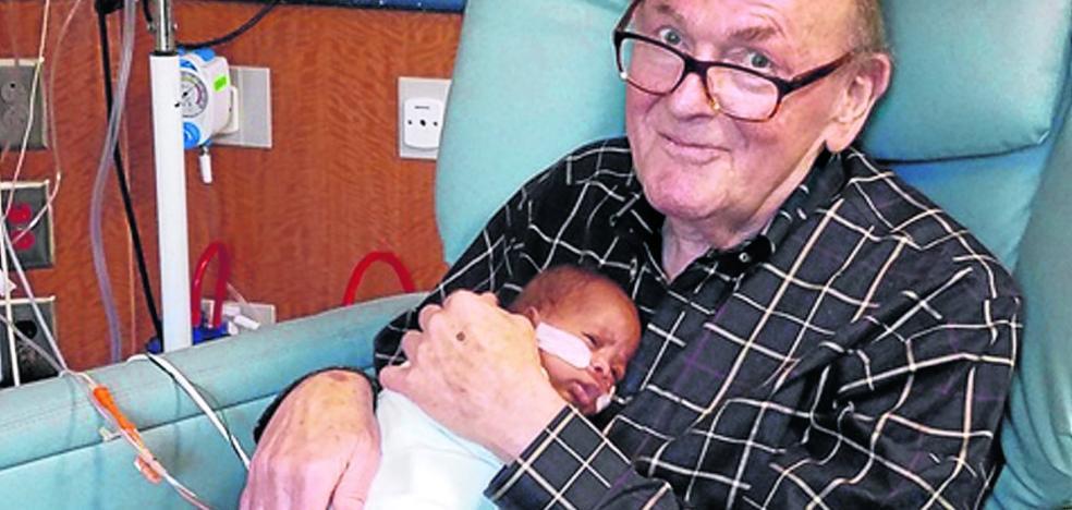 El abuelo que trabaja consolando a los bebés enfermos: ha asistido a más de 1.200