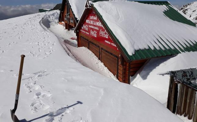 El temporal de nieve sepulta varios comercios en la Hoya de la Mora: «Llevamos tres semanas sin poder abrir, es un desastre»
