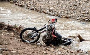 Localizan la moto del desaparecido tras ser arrollado por el agua en Martos