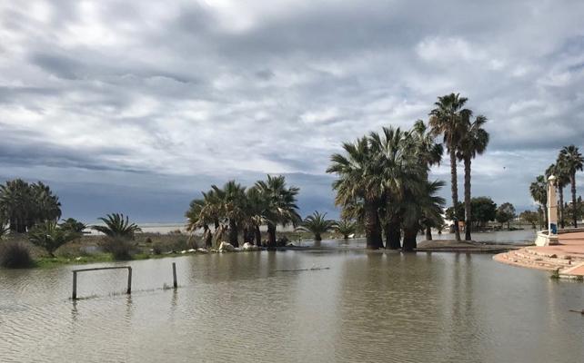 El mar y la lluvia devoran Playa Poniente de Motril