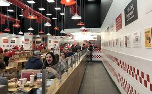 250.000 hamburguesas, 15 ingredientes gratis y 100 bebidas: esto te vas a encontrar en Five Guys Granada