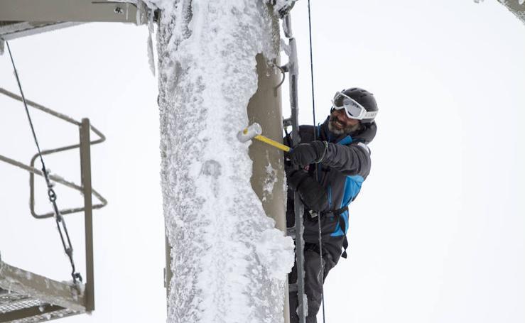 Los trabajos de desbloqueo, un trabajo extremo para poner en marcha la estación de esquí