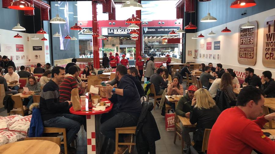 Así ha sido la multitudinaria apertura de 'Five Guys' en Granada
