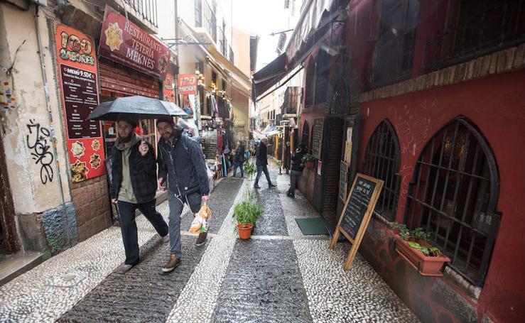La invasión de las calles del Albaicín se frenarán bajo multa a partir de abril