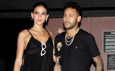 Neymar asiste a la fiesta de cumpleaños de su hermana pese a su lesión