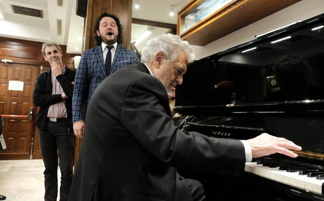 El vídeo que invade el Whatsapp de los granadinos: Plácido Domingo al piano interpreta 'Granada'