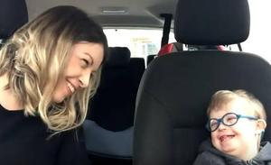 El emotivo vídeo de 50 madres con sus hijos con síndrome de Down que cantan en lengua de signos