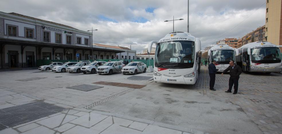 El suelo de la plaza de la estación de Renfe, recién acabado, no resiste el paso de autobuses