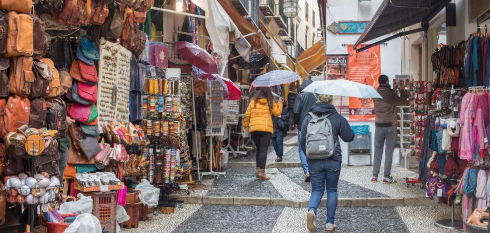 Los negocios del Albaicín solo podrán mostrar un elemento publicitario por local