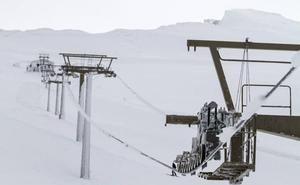 Poleas destruidas y toneladas de cable en la nieve