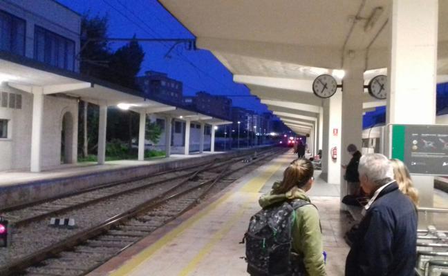 En tierra al no salir el único tren matinal desde Jaén hacia Sevilla y Cádiz