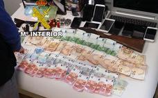 Venden droga en una cochera de Mancha Real armados y con moneda extranjera