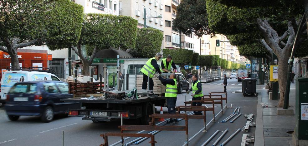 El Ayuntamiento engalana la plaza de la Catedral y estrecha la carrera oficial para Semana Santa
