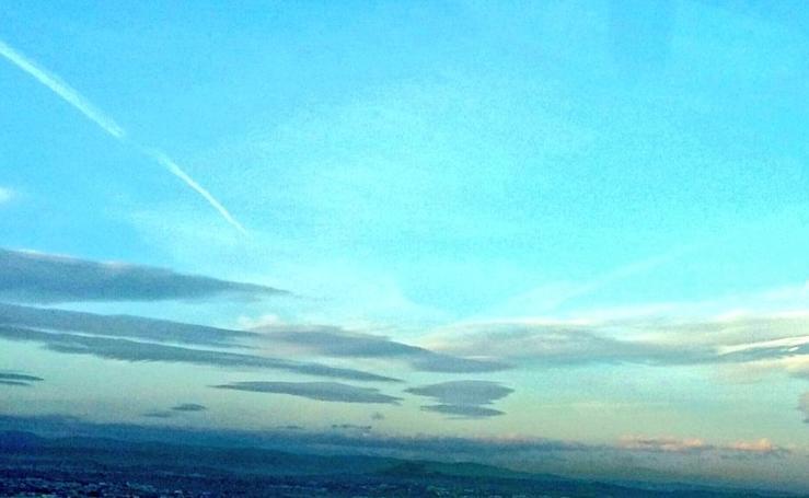Nubes lenticulares hoy en el cielo primaveral de Granada: ¿qué significan?