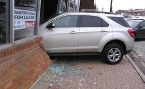 Estrella el coche contra la autoescuela justo antes de empezar su examen de conducir